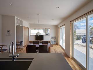 高台に建つ家: toki Architect design officeが手掛けたリビングです。