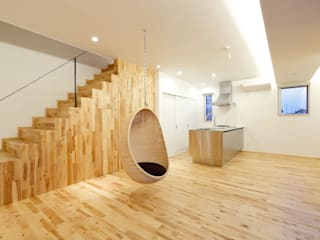 Salones de estilo moderno de 株式会社 中山秀樹建築デザイン事務所 Moderno