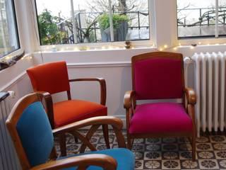 Réfection complète traditionnelle d'un fauteuil Bridge et recouverture de deux fauteuils coloniaux:  de style  par The Demeure