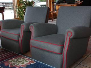 Recouverture d'une paire de fauteuils Confortable:  de style  par The Demeure