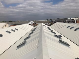 ARTISTIC SPACES Artistic Spaces needed their asbestos roof safely removing and replacing to open up their space to let in as much natural light as possible. Find out more about this project here. Espaces commerciaux industriels par JDB Refurbishments Limited Industriel