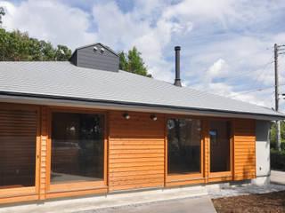 武蔵野の雑木林の中の平屋: (株)独楽蔵 KOMAGURAが手掛けた一戸建て住宅です。