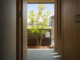 福津の家: 柳瀬真澄建築設計工房 Masumi Yanase Architect Officeが手掛けた廊下 & 玄関です。