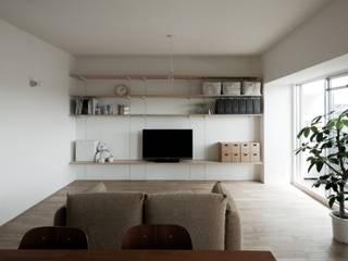 Hikizan Flat 山本嘉寛建築設計事務所 YYAA Soggiorno minimalista Legno Bianco
