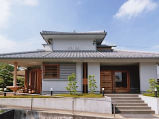 シニア世代の建て替え:終の住処(和風): (株)独楽蔵 KOMAGURAが手掛けた廊下 & 玄関です。