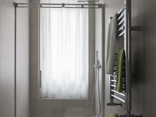 Minimalist bathroom by MINIMArchitetti Minimalist