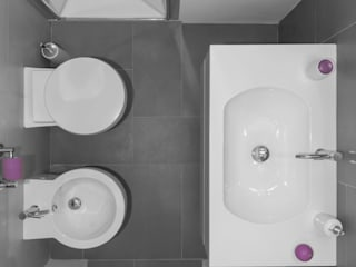 Minimalist style bathrooms by MINIMArchitetti Minimalist