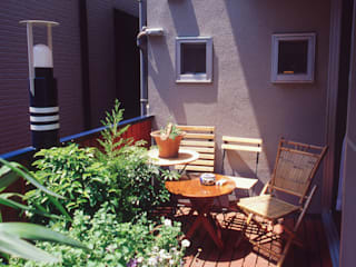 [1F:RC造+2.3F:木造の混構造] 極小3階建て住宅: (株)独楽蔵 KOMAGURAが手掛けたベランダです。