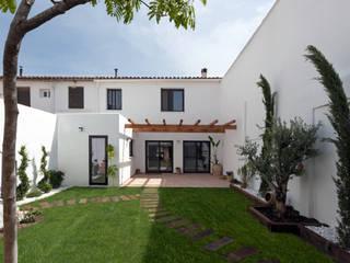 Casa de Ontem: Casas  por Raul Garcia Studio,Mediterrânico