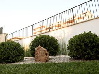 Un giardino moderno di AbitoVerde Moderno
