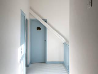 Casa de la diseñadora Gesa Hansen Pasillos, vestíbulos y escaleras de estilo moderno de Villeroy & Boch Moderno
