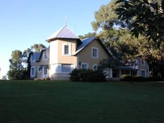 CASA DE CAMPO EN PROVINCIA DE BUENOS AIRES: Casas de campo de estilo  por Estudio Dillon Terzaghi Arquitectura