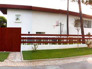 Casa 7 Qtª da Marinha - Cascais – Habitação unifamiliar: Casas  por Triplinfinito arquitetura, design e vídeo Lda