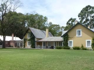 CASA DE CAMPO: Casas de campo de estilo  por Estudio Dillon Terzaghi Arquitectura - Pilar,Clásico Ladrillos