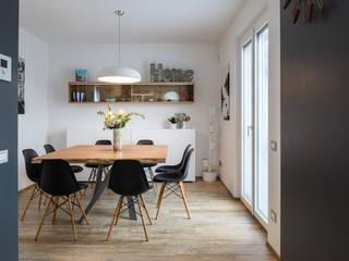 Salas de jantar modernas por QUADRASTUDIO Moderno Madeira Acabamento em madeira