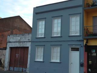 In53 Guest House – Habitação Unifamiliar + Guesthouse - Ponta Delgada - Açores: Casas  por Triplinfinito arquitetura, design e vídeo Lda