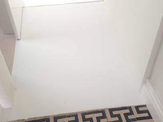 In53 Guest House – Habitação Unifamiliar + Guesthouse - Ponta Delgada - Açores: Pavimentos  por Triplinfinito arquitetura, design e vídeo Lda
