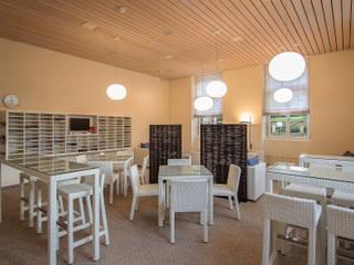 Renovation und Inneneinrichtung Aufenthaltsraum mit Caffetteria:  Schulen von adriano@kraenzlin.com
