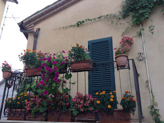 Balcones y terrazas rústicos de Au dehors Studio. Architettura del Paesaggio Rústico
