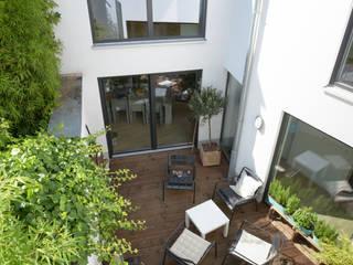 Hinterhofensemble in Köln Grotegut Architekten Moderner Balkon, Veranda & Terrasse Weiß