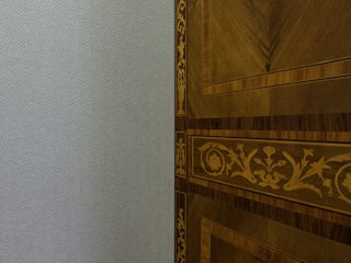 DETAIL OF FABRIC WALL COVERING: Soggiorno in stile  di DomECO