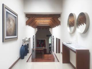 Casa Lomas: Pasillos y recibidores de estilo  por xma studio