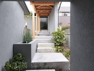 アプローチ: ツジデザイン一級建築士事務所が手掛けた廊下 & 玄関です。