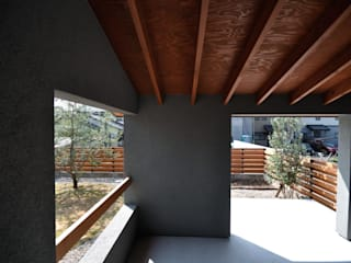 半屋外のフリースペース: ツジデザイン一級建築士事務所が手掛けたアプローチです。