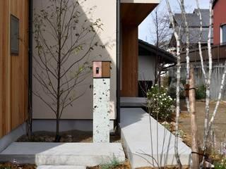 アプローチ: ツジデザイン一級建築士事務所が手掛けた家です。