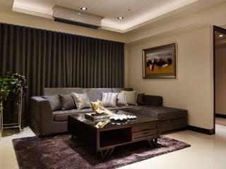 客廳沙發後方為大片落地窗:  客廳 by 雅和室內設計