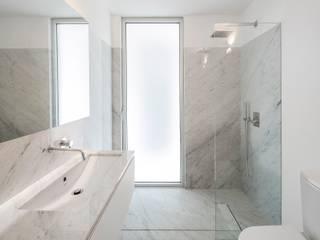 Casa Taíde : Casas de banho  por Rui Vieira Oliveira Arquitecto