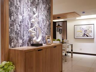 客廳通往餐廳的走道處:  飯店 by 雅和室內設計