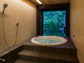 緑につながる浴室: アトリエ慶野正司 ATELIER KEINO SHOJI ARCHITECTSが手掛けた浴室です。
