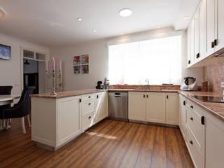 Classic style kitchen by Eficema, móveis lda Classic