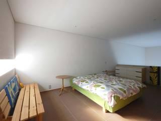2コートハウス:仕切りつつ繋がるワンルームでネコと緑豊かに暮らす モダンスタイルの寝室 の Hirodesign.jp モダン