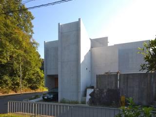 2コートハウス:仕切りつつ繋がるワンルームでネコと緑豊かに暮らす モダンな 家 の Hirodesign.jp モダン