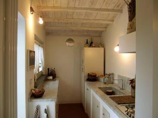 ristrutturazione casa vacanza Cucina coloniale di Della Bona & Fiorentini Studio di Architettura Coloniale