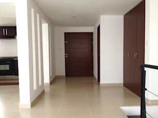Minimalist corridor, hallway & stairs by MIRIAM ESCOBEDO INTERIORISTA Minimalist