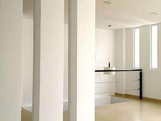 Departamento Celaya Condesa Pasillos, vestíbulos y escaleras minimalistas de MIRIAM ESCOBEDO INTERIORISTA Minimalista
