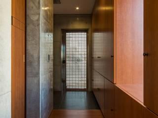 Trigon:三角形の敷地を巧みに利用した特別なコンクリート打ち放し住宅 モダンスタイルの 玄関&廊下&階段 の Hirodesign.jp モダン