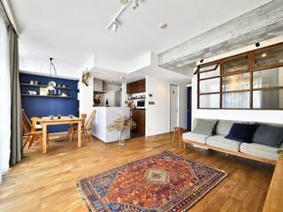 大きな室内窓がポイント!部屋も家族もゆるくつながる家: 株式会社スタイル工房が手掛けたです。