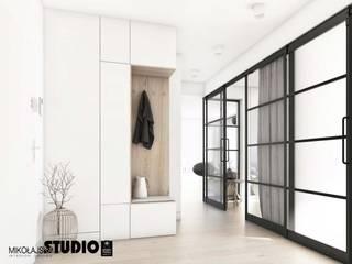 MIKOŁAJSKAstudio Minimalist corridor, hallway & stairs