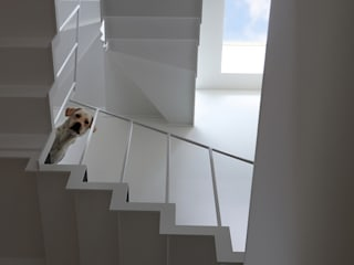 アトリエハコ建築設計事務所/atelier HAKO architects Stairs Iron/Steel White