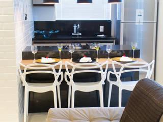 sala estar e cozinha integrada.:   por Gislane Lima - Interior Design