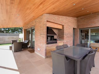 Decara Modern balcony, veranda & terrace Bricks Brown