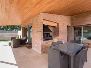 Decara Balcone, Veranda & Terrazza in stile moderno Laterizio Marrone