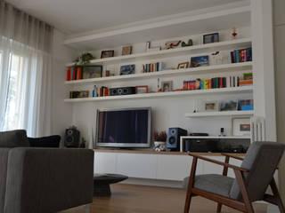 Foto soggiorno_parete attrezzata: Soggiorno in stile in stile Moderno di IDEASTUDIO