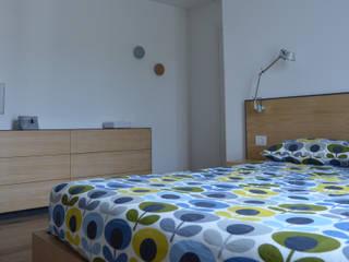 Foto camera: Camera da letto in stile in stile Moderno di IDEASTUDIO
