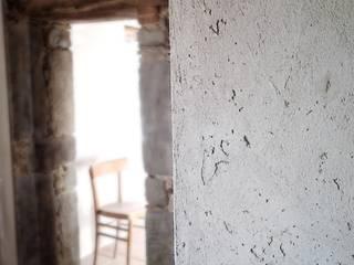 Classe A in borgo antico - ristrutturazione: Cucina in stile in stile Rustico di Studio Architettura x Sostenibilità