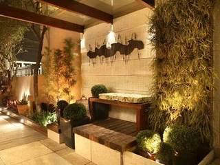 Casa  Design 2008: Jardins de fachadas de casas  por Cláudio Maurício e Paulo Henrique,Tropical
